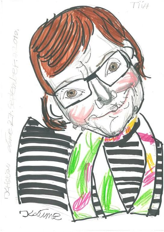 Viltpliiatsitega tehtud joonistus pruunipäisest naisest mustade prillide ja triibulise pluusiga.