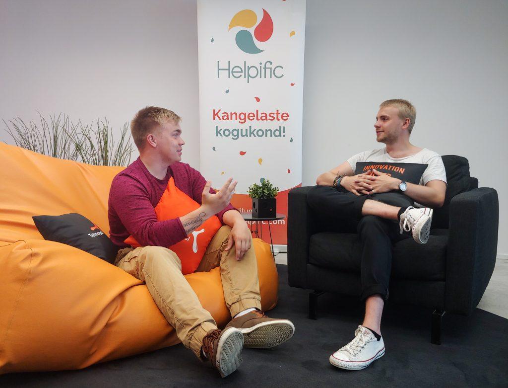 Kaks meest arutlevad erinevatel teemadel seoses erivajadusega inimeste, ülikooli ning kaasatusega. Pildil on oranžil suurel mugaval toolil istumas üks meestest ja mustal tugitoolil teine mees.